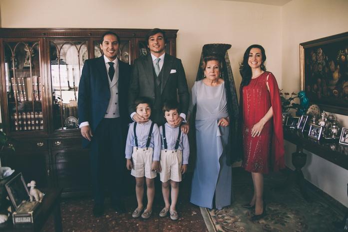 Foto de familia en la casa del novio
