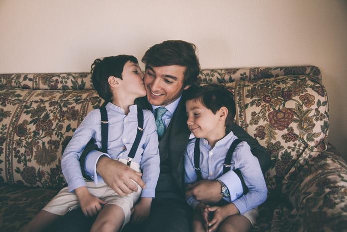 Fotografia de los sobrinos besando a su tio antes de la boda