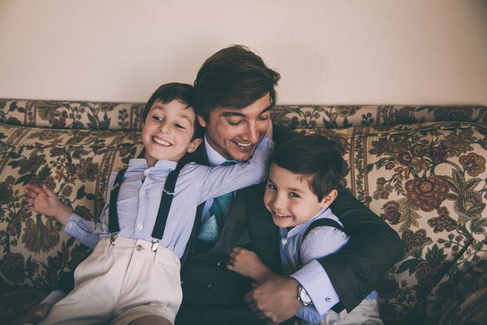 El novio juega con sus sobrinos