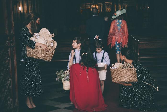 La wedding planner prepara a los niños en la puerta de la iglesia