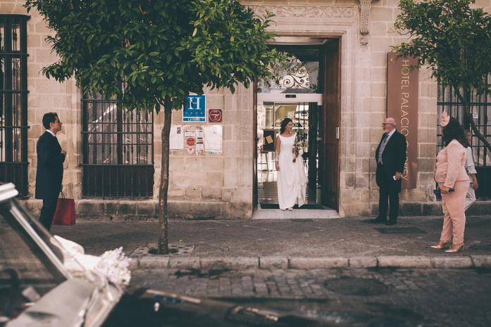 La novia sale del palacio hacia la iglesia
