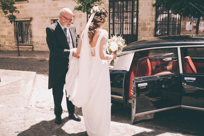 El padre de la novia la ayuda a subri al coche