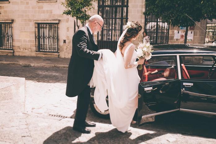 La novia subiendo al coche para su boda