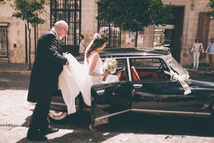 Fotografia de Paloma subiendo al coche para ir a casarse