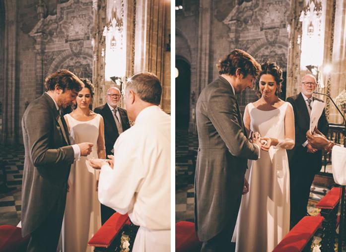 Los novios intercambian los anillos de boda