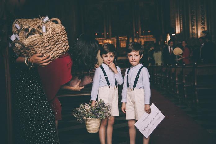Los niños de la boda esperan en el pasillo de la iglesia