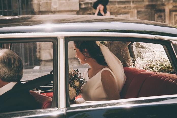 Fotografia de la novia llegando a la iglesia en el coche