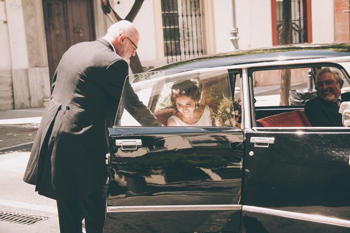 La novia y su padre salen del coche
