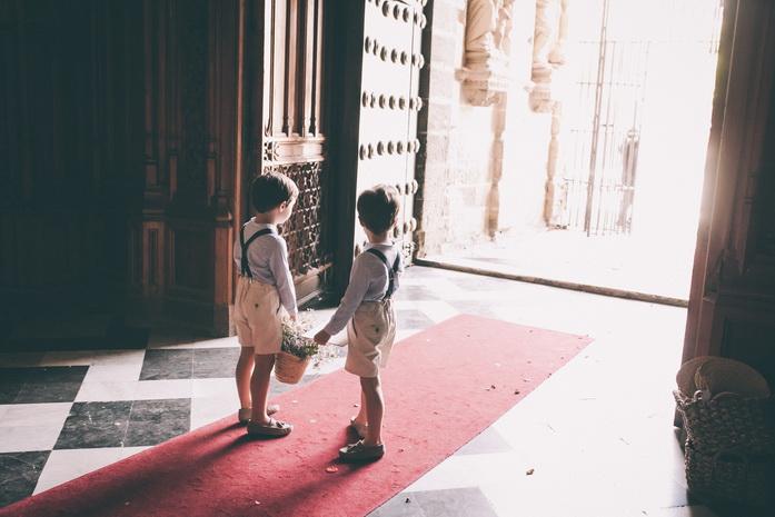 Fotografia a la entrada de la iglesia donde los niños espera a la novia
