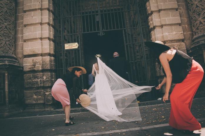 Imagen por detras de la entrada de la novia