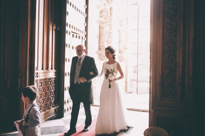 El padrino y la novia entran a la iglesia para la ceremonia