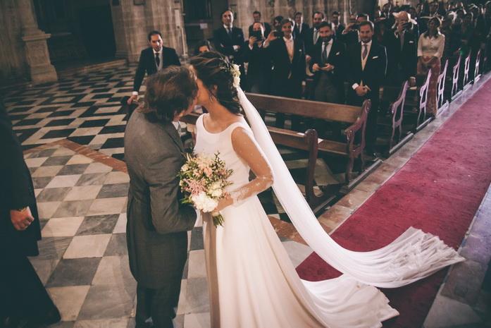 Los novios se besan en el altar