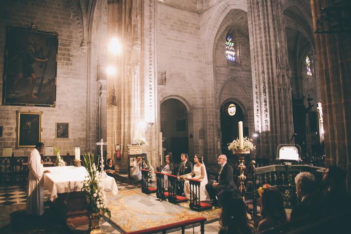 Ceremonia de bodas en la iglesia san miguel en jerz