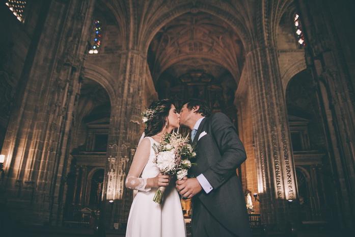 Fotografia de los recien casados en la puerta de la iglesia