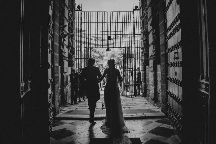 Foto en blanco y negro de la salida de los novios