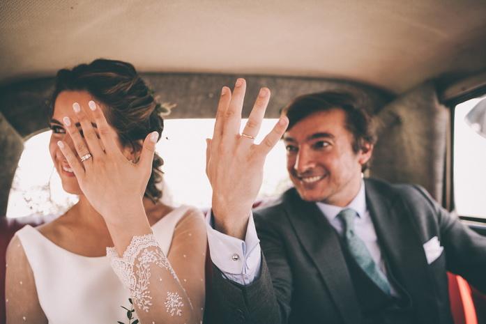 La pareja muestra su felicidad y amor enseñando sus alianzas de casados