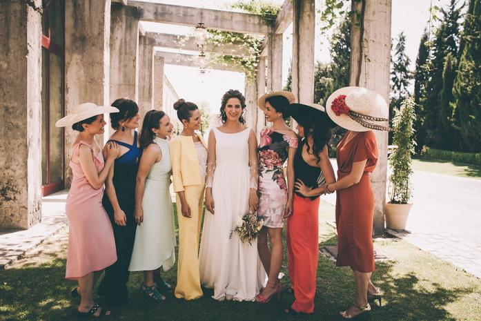 la novia se hace foto con su amigas en la boda