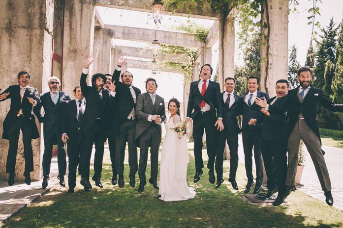 los invitados saltan en la foto