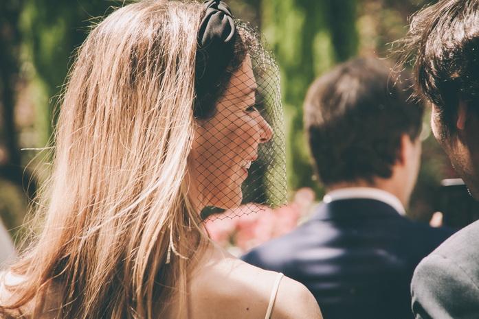 una amiga de ella lleva un redecilla en su look