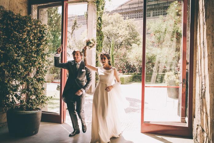Los recien casados entran al banquete