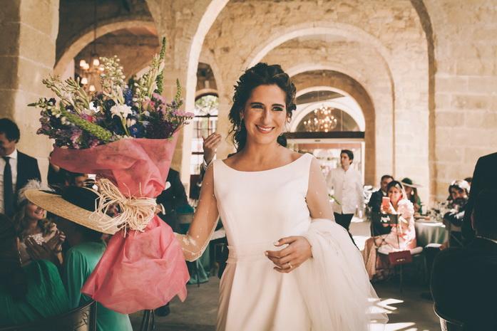 la novia lleva un ramos de flores a su madre