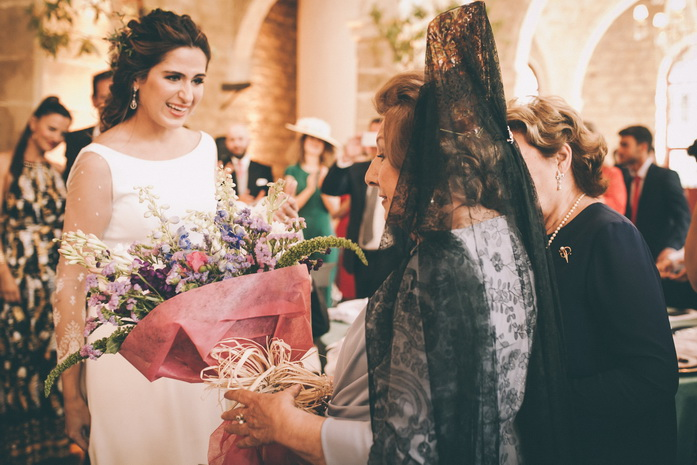 la madrina recibe el ramo de flores