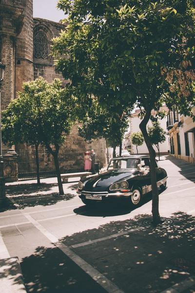 El coche de la boda hace entrada en la plaza de Jerez