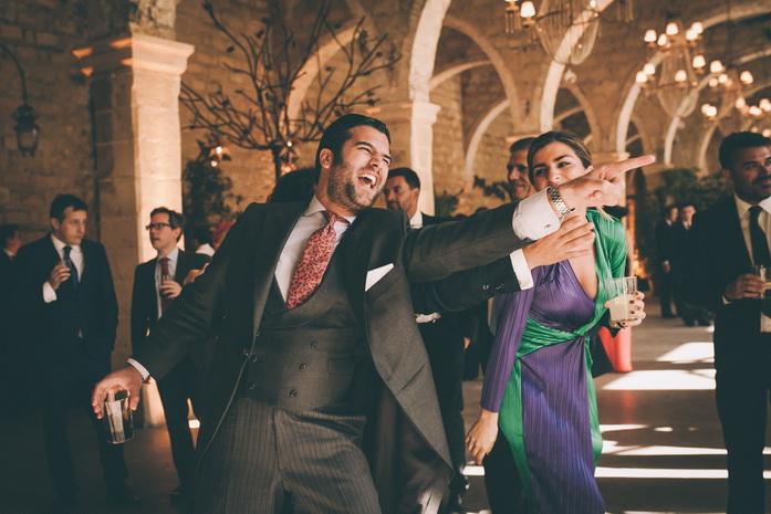 los invitados bailan en la fiesta