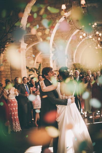 los novios bailan entre confetti